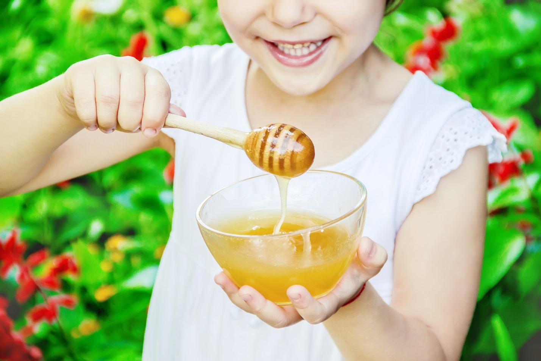 Benarkah Madu Bisa Dimanfaatkan Sebagai Obat Batuk Herbal untuk Anak?