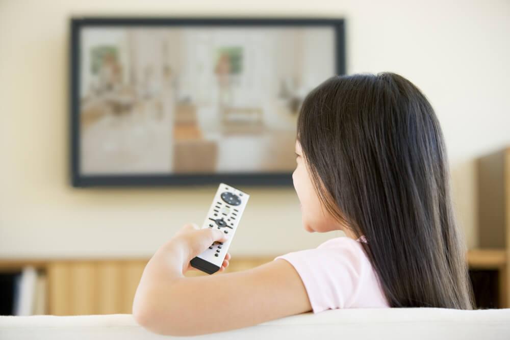 Dampak Buruk Menonton TV Bagi Kesehatan Anak