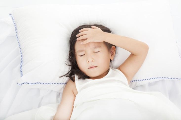 Dehidrasi Bikin Anak Demam, Benarkah?