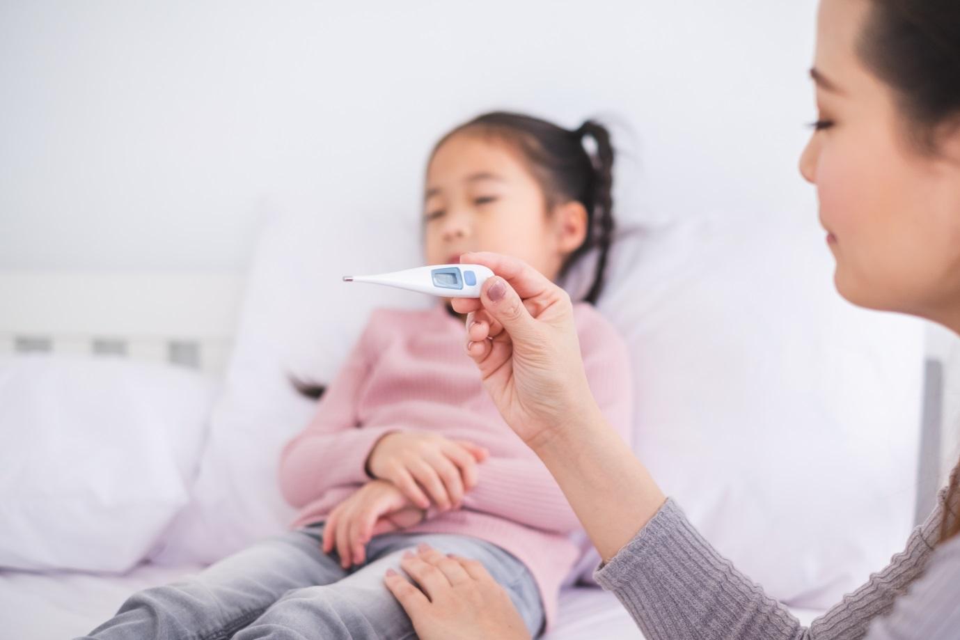 Flu Bikin Anak Jadi Demam, Begini Cara Mengatasinya, Moms!