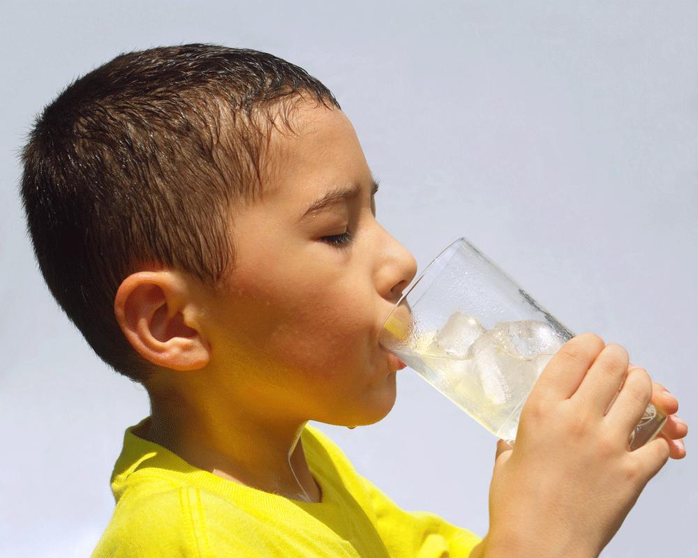 Anak Suka Minum Es Gampang Kena Pilek, Benarkah?