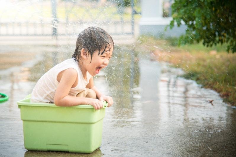 apakah bermain hujan bisa membuat anak jatuh sakit?